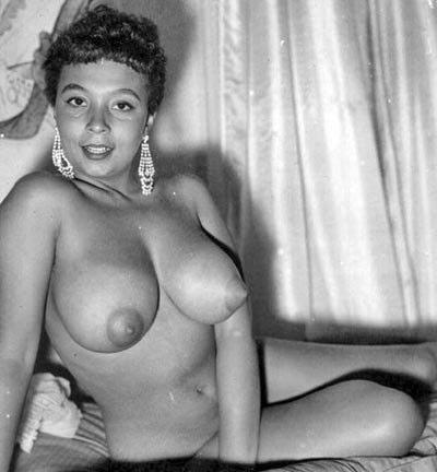 Sweet Set: Voluptuous 50s Nude Pin-Up Beauty. Nude-retro-model-4-0